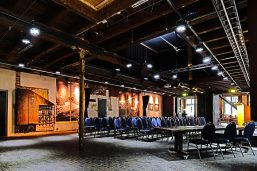 Overzicht van de Theaterzaal met stoelen in Scheltema Leiden