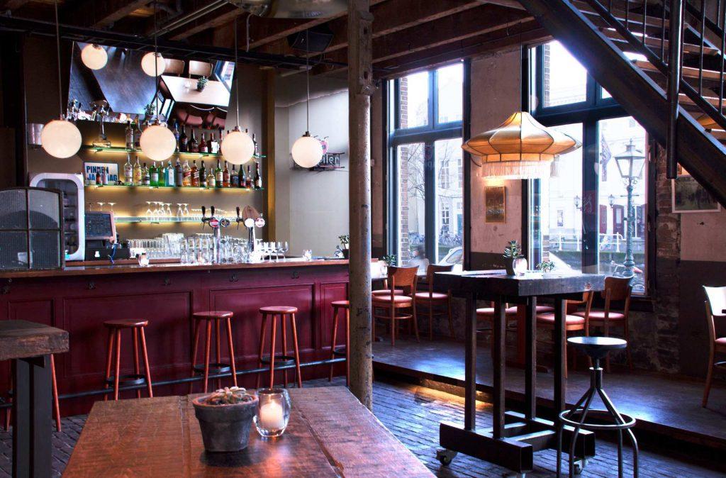 De bar van het TheaterCafé van Scheltema Leiden aan de Oude Gracht in Leiden