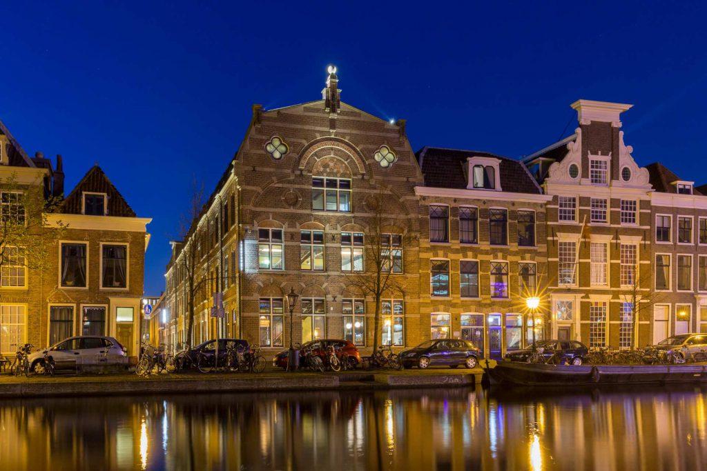 Voorgevel van Scheltema Leiden tijdens de avond