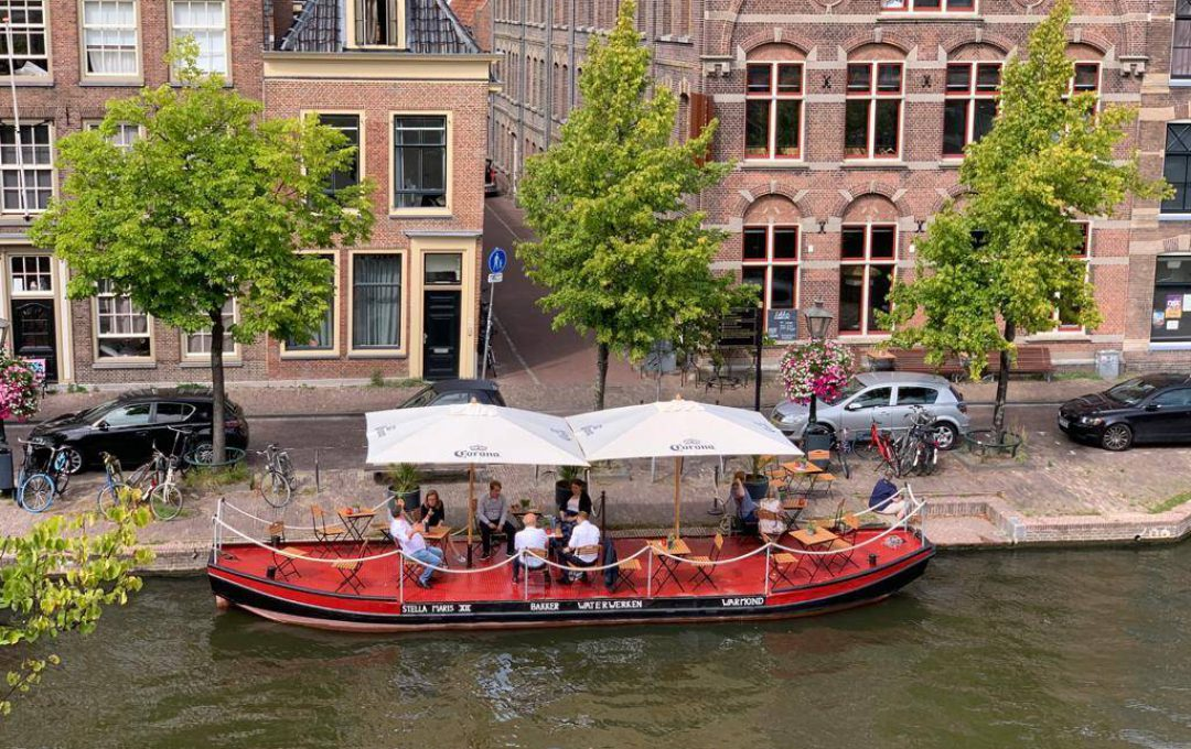 De Terrasboot van Scheltema Leiden aan de Oude Gracht