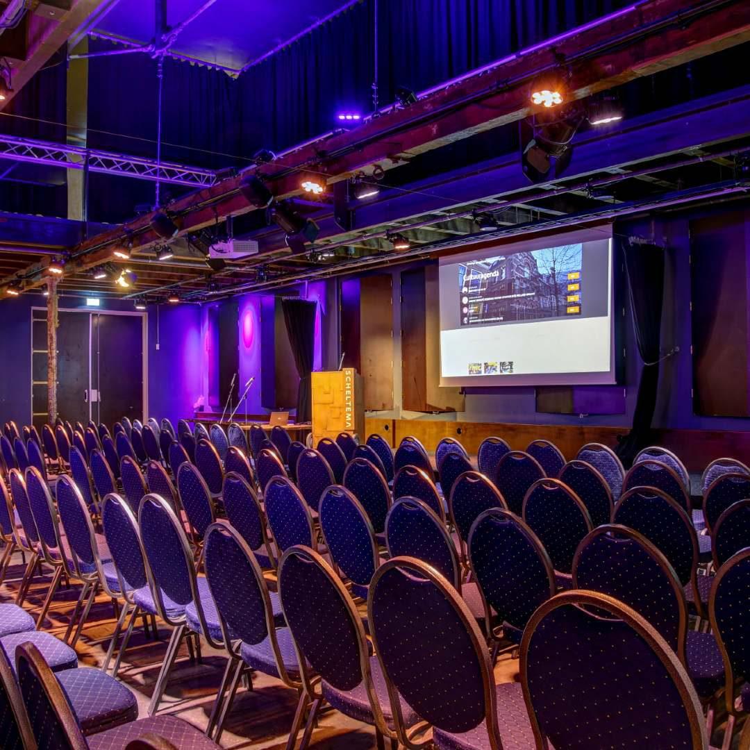 Beamer en stoelen in de Theaterzaal van Scheltema Leiden